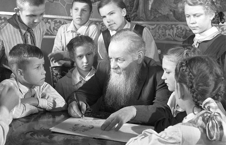 Писатель Павел Бажов с пионерами во Дворце пионеров имени А.А.Жданова. Ленинград, 1949 год
