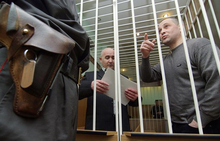 """Макшарип Хидриев и Саланбек Дзахкиев (слева направо), обвиняемые по уголовному делу о взрыве в 2007 году скоростного поезда """"Невский экспресс"""" во время заседания в Новгородском областном суде"""