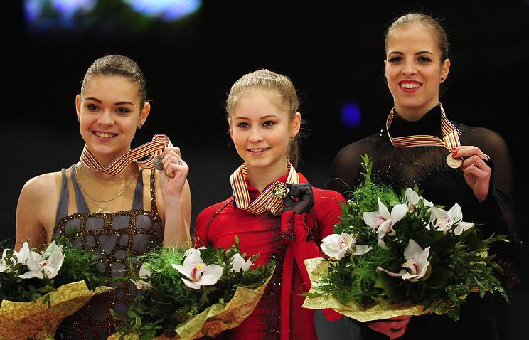 Юлия Липницкая - в центре, Аделина Сотникова - слева