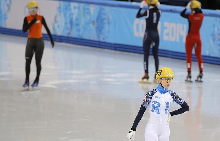 Российская шорт-трекистка Татьяна Бородулина покидает лед после дисквалифиции