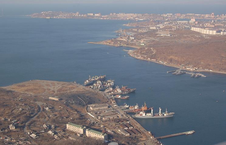 Вид на полуостров Назимова (на первом плане), бухту Улисс (справа), пролив Босфор Восточный, полуостров Шкота (на втором плане)