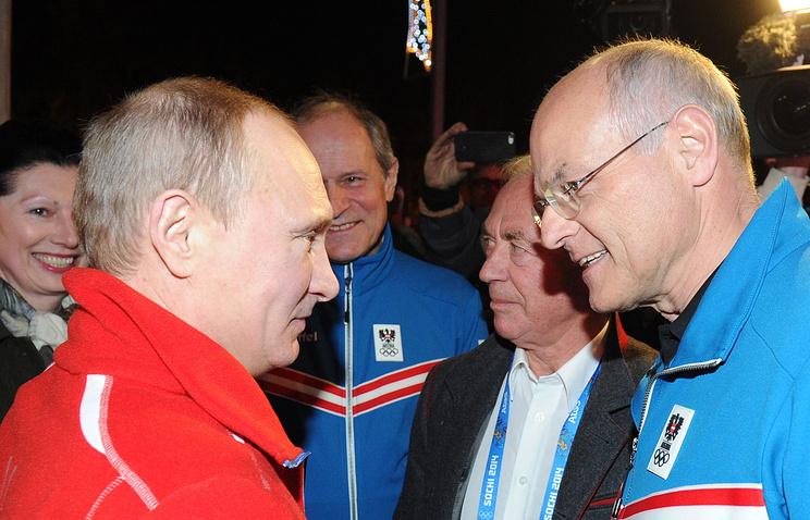 Президент РФ Владимир Путин и австрийский горнолыжник Карл Шранц