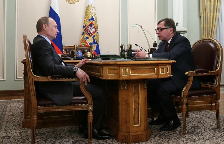 Президент РФ Владимир Путин и председатель совета директоров Альфа-банка Петр Авен