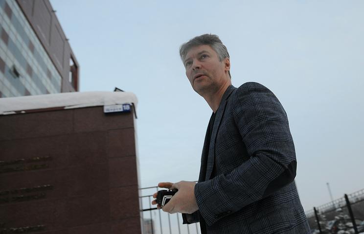 Мэр Екатеринбурга Евгений Ройзман возле здания СУ Следственного комитета РФ по Свердловской области