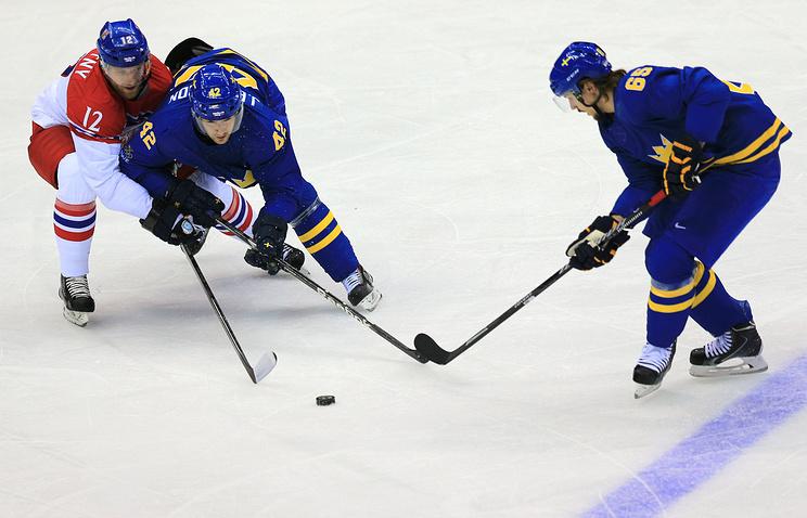 Игроки сборных Чехии Иржи Новотны и Швеции Джимми Эрикссон, Эрик Карлссон (слева направо) в матче между сборными командами Чехии и Швеции