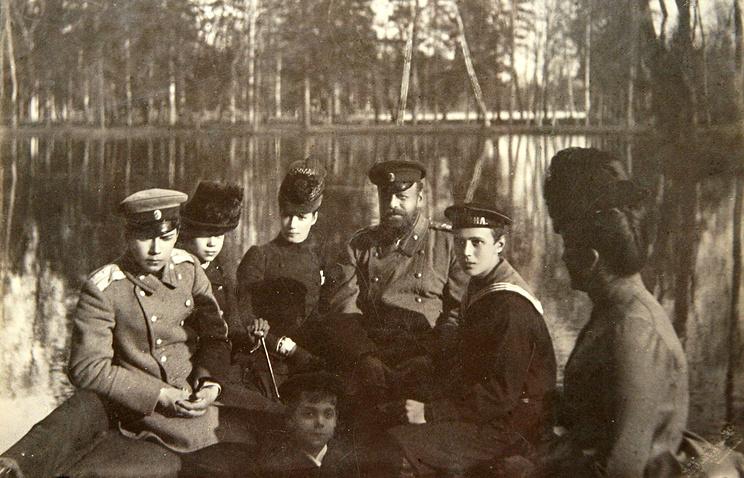 Император Александр III с императрицей Марией Федоровной и детьми Николаем, Георгием, Михаилом и Ксенией на лодке