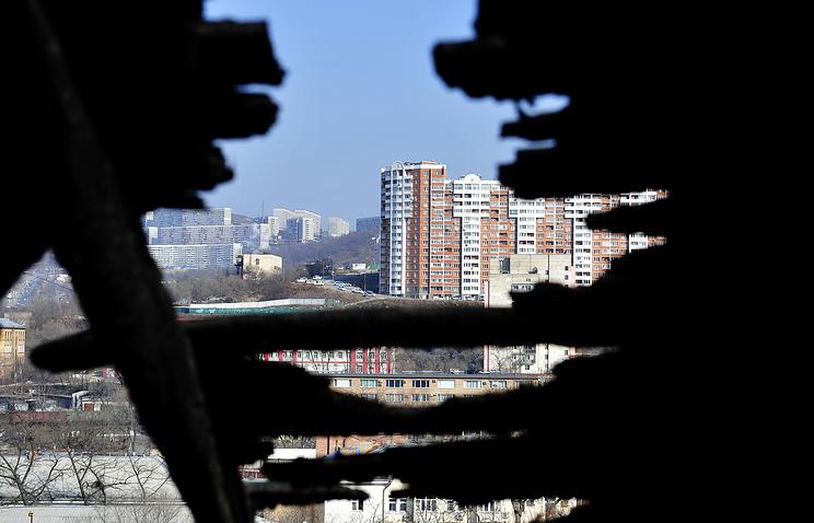 Вид на город через крышу ветхого дома
