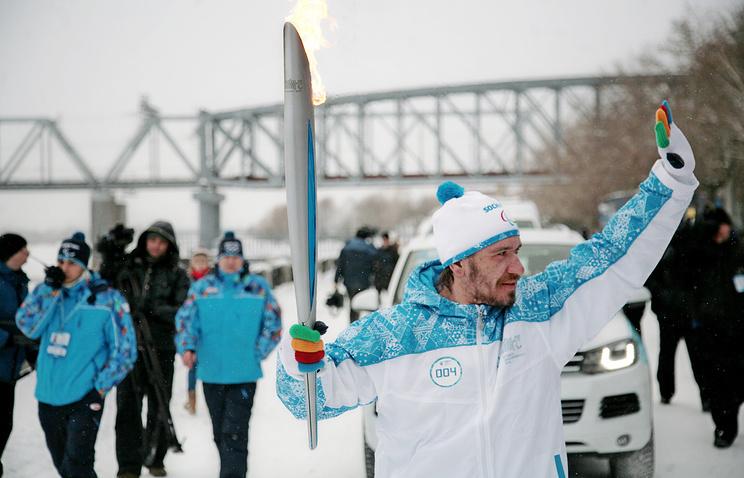 Факелоносец Вячеслав Казанцев во время этапа эстафеты паралимпийского огня в Новосибирске