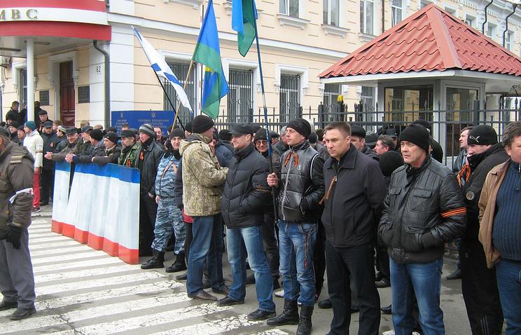 Отряды самообороны Симферополя охраняют здание МВД