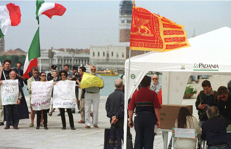 Организаторы референдума за независимость области Венето собирают подписи (справа, под тентом) и пикет против референдума за независимость (слева), Венеция, 1997 год