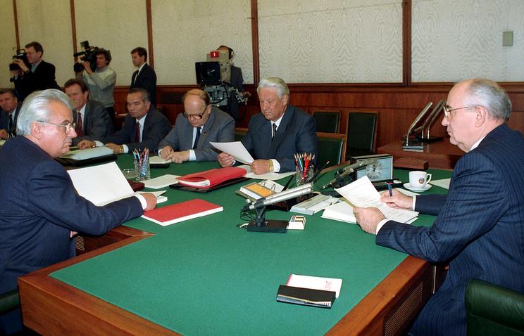 Президент СССР Михаил Горбачев (справа) и Леонид Кравчук (слева), Борис Ельцин (второй справа), Станислав Шушкевич (третий справа) на заседании Госсовета. 1991 год