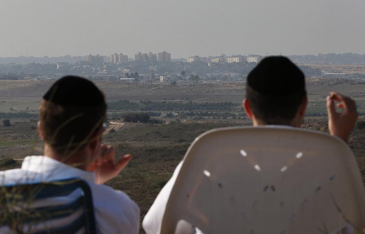 Израильтяне сидят на холме с видом на сектор Газа в городе Сдерот, Израиль. Архив