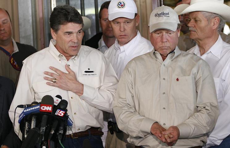Губернатор Техаса Рик Перри (слева) и мэр Уэста Томми Моска (справа) на пресс-конференции после взрыва на заводе минеральных удобрений в 2013 году