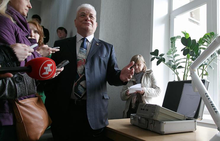 Директор института нефтегазовой геологии и геофизики СО РАН Михаил Эпов демонстрирует разработанный учеными электровизор