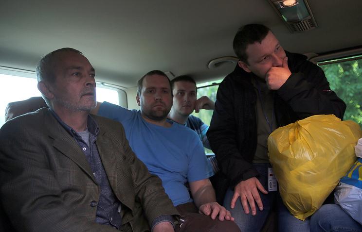 Освобожденные военные наблюдатели ОБСЕ, которые ранее были задержаны представителями сил самообороны Донбасса