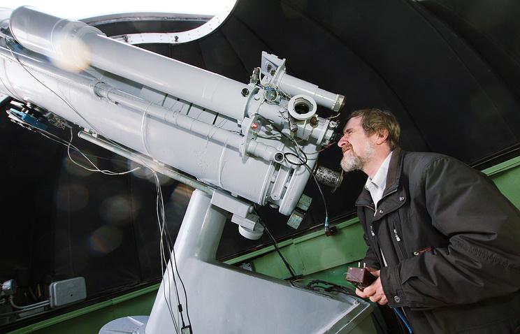 Сотрудник Коуровской астрономической обсерватории у одного из телескопов