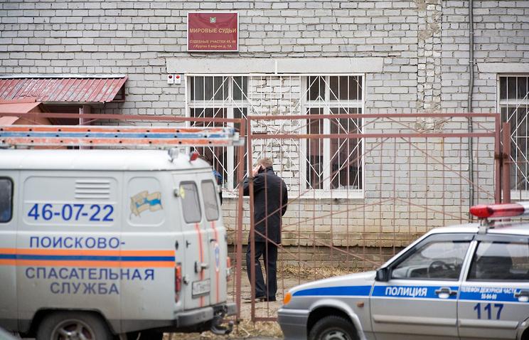 Полицейские машины у здания мирового суда, где в результате взрыва гранаты погибли два человека