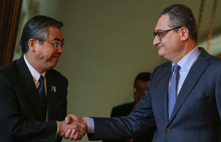Заместитель министра иностранных дел Японии Синсукэ Сугияма и заместитель главы МИД РФ Игорь Моргулов (слева направо) во время встречи. 19 августа 2013 год