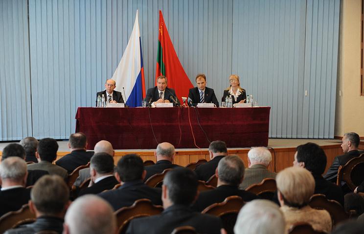 Президент Приднестровья Евгений Шевчук (второй справа) и вице-премьер РФ Дмитрий Рогозин (второй слева)