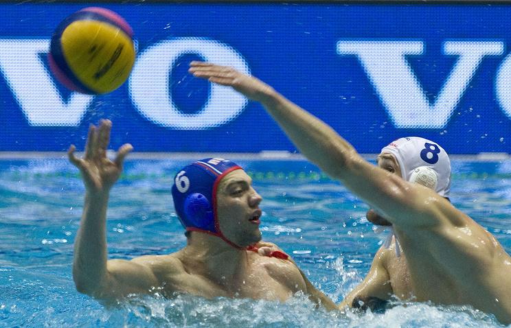 Ватерполист Артем Ашаев в составе сборной России (слева)