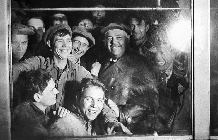 Первая линия московского метро. Пассажиры в вагоне.