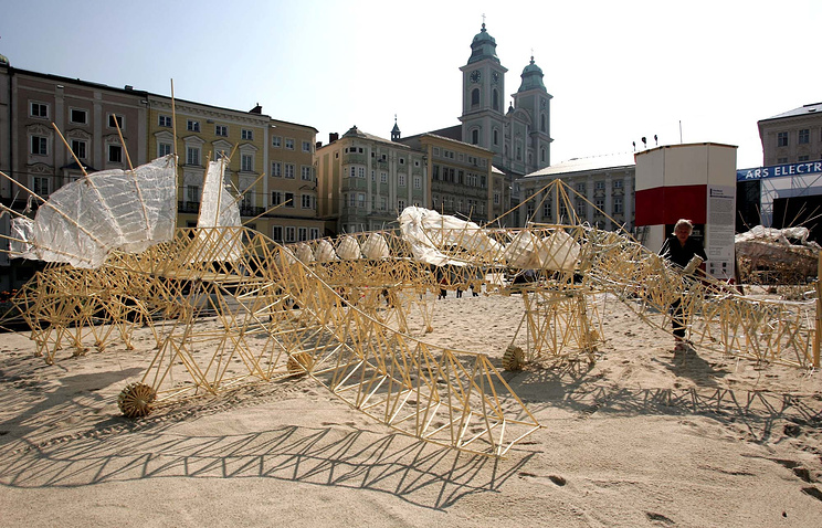 Скульптуры Тео Янсена на выставке в Австрии