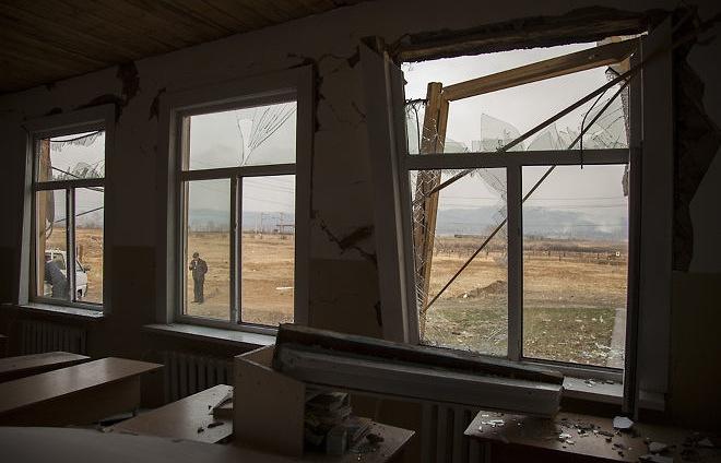 Разрушенная школа в поселке Большая Тура