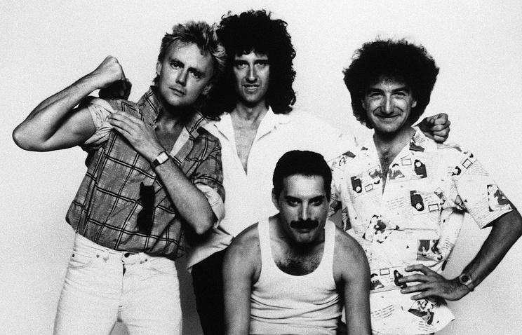 Музыканты рок-группы Queen (слева направо): Роджер Тэйлор, Брайан Мэй, Фредди Меркьюри и Джон дикон. 1985 год