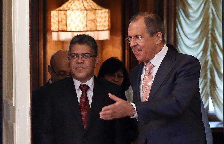 Министры иностранных дел Венесуэлы Элиас Хауа и РФ Сергей Лавров (слева направо) перед началом переговоров