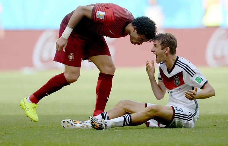 Пепе (слева) и Томас Мюллер в матче сборных Португалии и Германии на ЧМ-2014