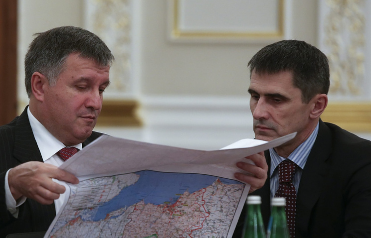 Арсен Аваков и Виталий Ярема (слева направо) на заседании Совета национальной безопасности и обороны Украины 16 июня