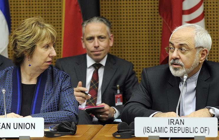"""Верховный представитель ЕС по иностранным делам Кэтрин Эштон (слева) и министр иностранных дел Ирана Джавад Зариф (справа) во время переговоров между """"шестеркой"""" и Ираном в Вене"""