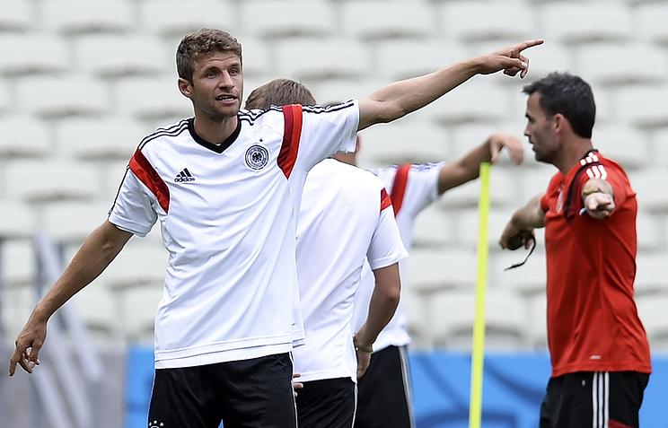 Томас Мюллер (слева) на тренировке сборной Германии по футболу
