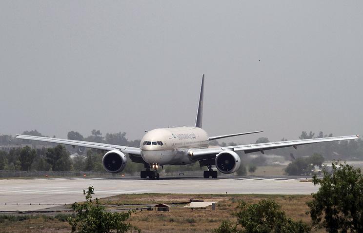Самолет Saudi Arabian Airlines после приземления в международном аэропорту в Пешаваре, Пакистан, 26 июня 2014 года