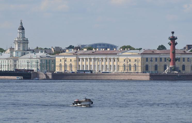 Здание Биржи в начале набережной Макарова
