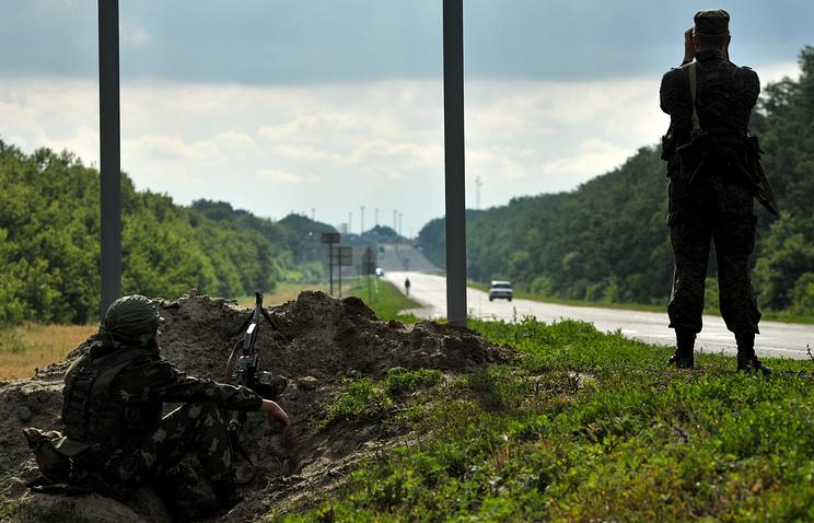 Российские пограничники во время наблюдения за украинско-российской границей