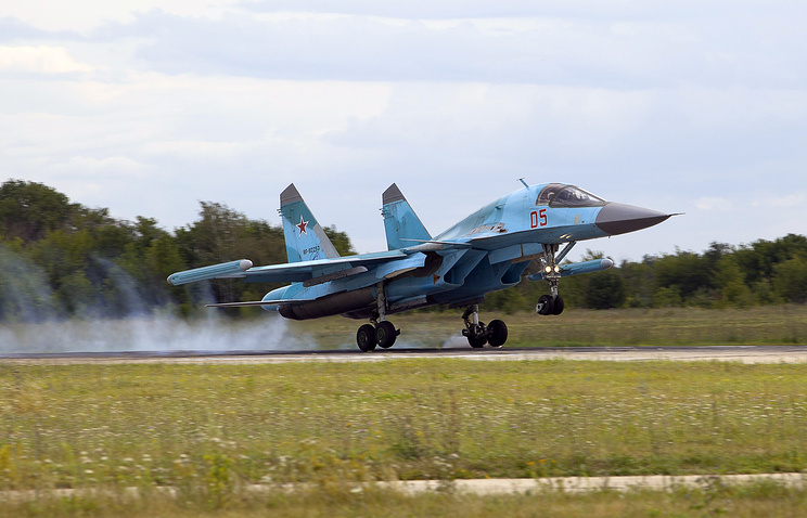 Фронтовой бомбардировщик Су-34 во время взлета на аэродроме ВВС РФ в Липецкой области