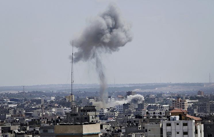 Последствия одного из ракетных ударов по сектору Газа