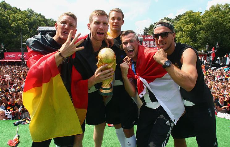 Футболисты сборной Германии с Кубком мира