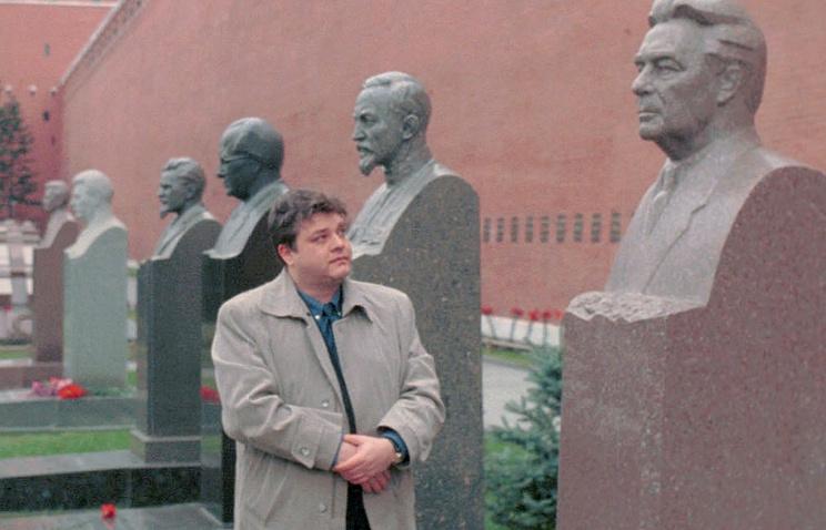 Андрей Брежнев у могилы Леонида Брежнева у кремлевской стены