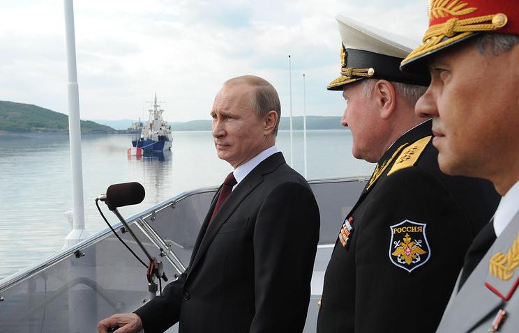 Президент РФ Владимир Путин, командующий Северным Флотом адмирал Владимир Королев и министр обороны Сергей Шойгу