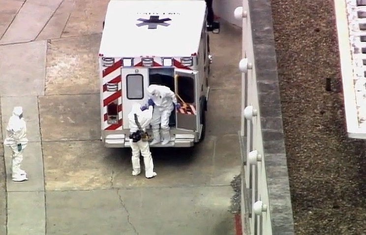 Машина скорой помощи привезла доктора Кента Брэнтли (справа) в госпиталь Университета Эмори, 2 августа 2014 года, Атланта, США