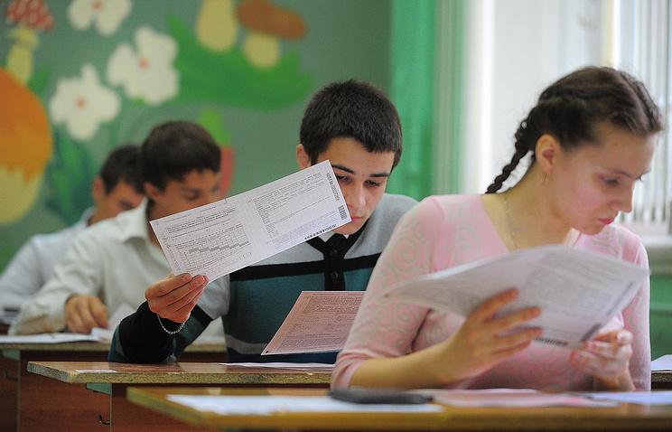 Выпускники во время сдачи единого государственного экзамена по информатике и ИКТ.