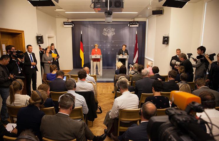 Ангела Меркель (слева) и Лаймдота Страуюма во время пресс-конференции