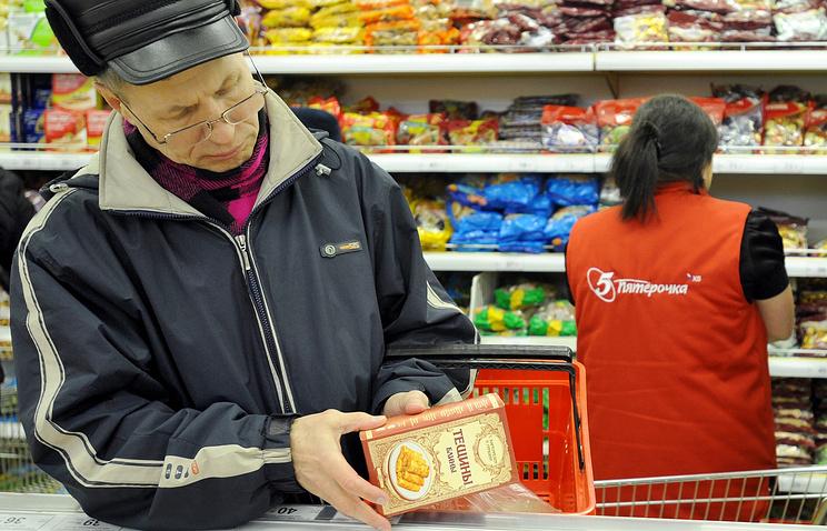 """Покупатель в супермаркете """"Пятерочка""""."""