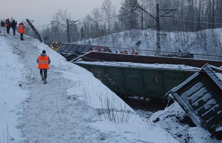 На месте схода с рельсов 30 вагонов грузового состава с углем на перегоне Хребет - Уржумка Южно-Уральской железной дороги. Февраль 2014 года