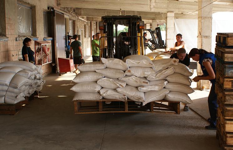 Во время разгрузки гуманитарных грузов для жителей юго-востока Украины на одном из продовольственных складов области