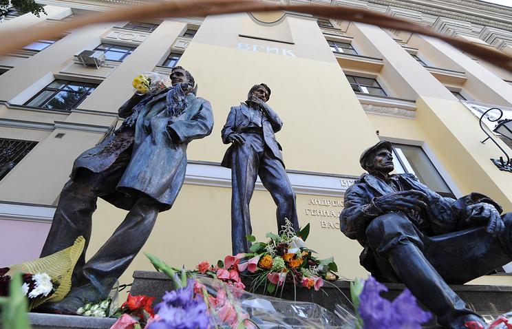 Памятник Геннадию Шпаликову, Андрею Тарковскому и Василию Шукшину, открытый к 90-летию со дня основания ВГИКа