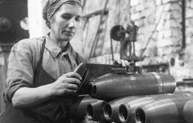 Производство снарядов на одном из заводов в тылу во время ВОВ. Архив