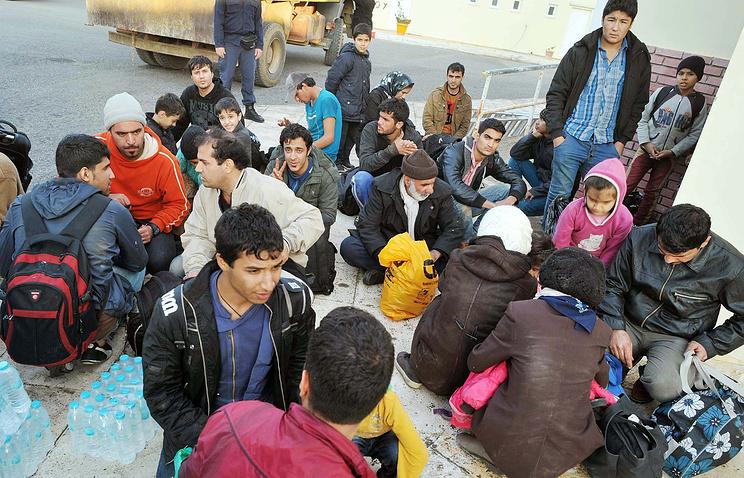 Мигранты из Сирии и Афганистана на берегу греческого острова Пилос